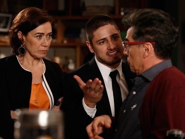 Maria Marta(Lilia Cabral) e João Lucas (Daniel Rocha) pressionam Téo Pereira para contar a verdade sobre o exame de DNA que o jornalista publicou em sua coluna