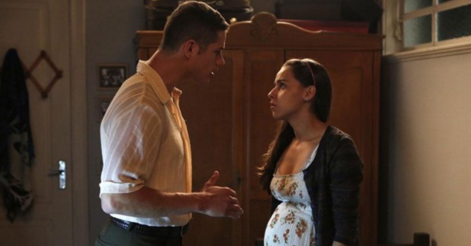 """Pedro (José Loreto) recorre a um dos truques mais conhecidos por quem assiste telenovela: uma falsa gravidez de """"Boogie Oogie"""""""