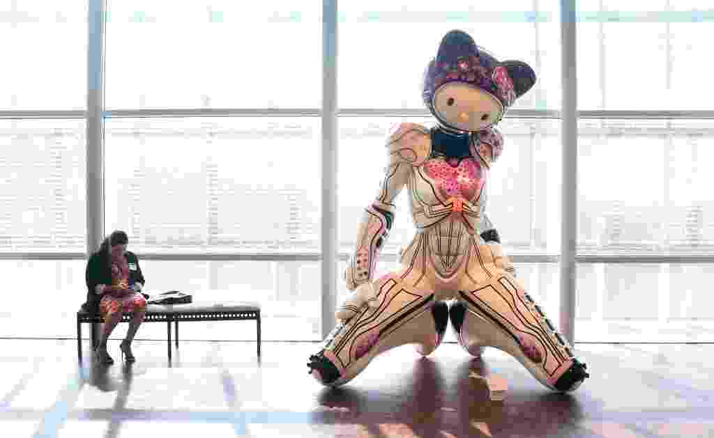 """10.out.2014 - A """"Super Space Titan Kitty"""" é uma escultura em fibra de vidro feita por Colin Christian e exibida no evento """"Hello! Exploring the Supercute World of Hello Kitty"""" em Los Angeles, Califórnia. A exposição celebra os 40 anos da boneca japonesa - AFP PHOTO / Frederic J. BROWN"""