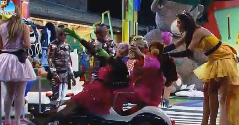 10.out.2014 - Bruna Tang e Marlos Cruz andam de carro empurrados por Débora Lyra