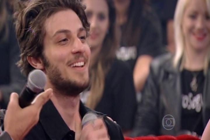 """9.out.2014 - Chay Suede foi um dos convidados do programa. Na edição de estreia, ele """"substituiu"""" Alexandre Nero na bancada de """"Amor & Sexo"""""""