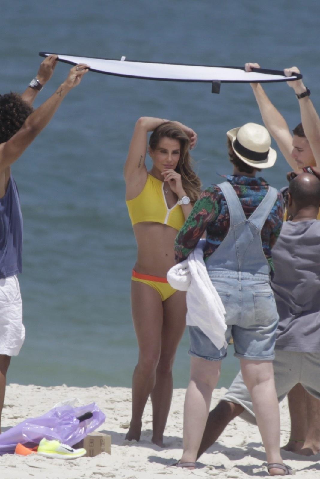 10.out.2014 - De biquíni, Deborah Secco exibe boa forma ao fazer ensaio fotográfico na praia da Barra da Tijuca, no Rio de Janeiro