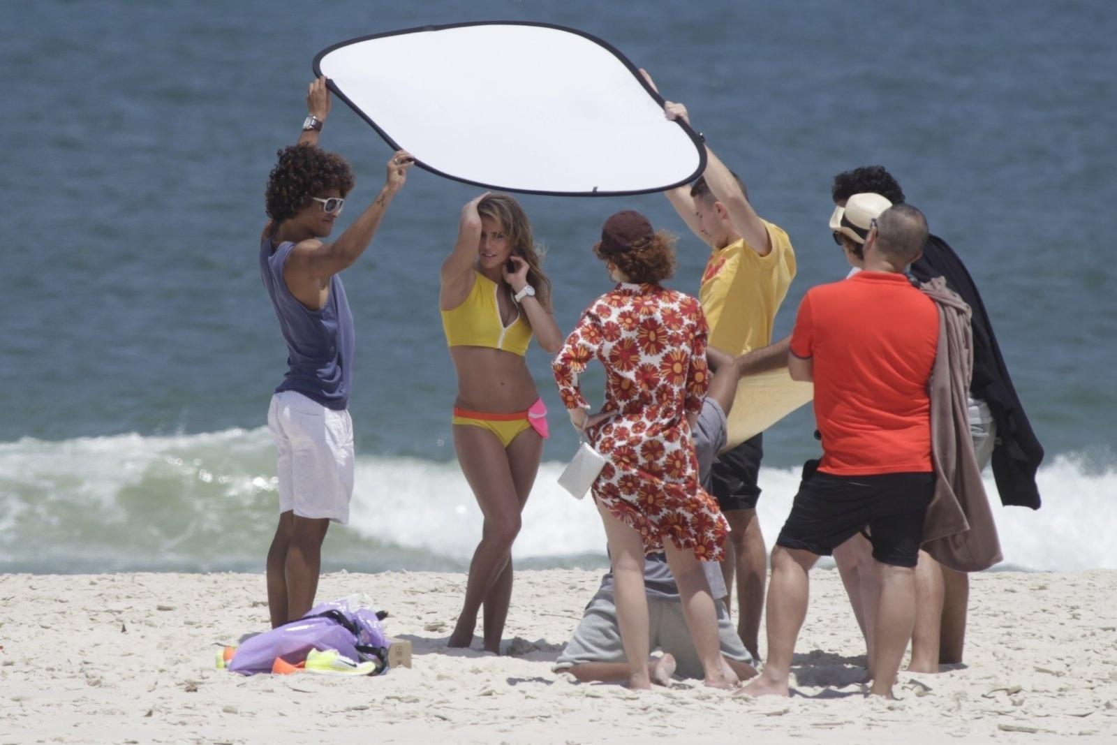 10.out.2014 - Deborah Secco aparece de biquíni enquanto fotografa na praia da Barra da Tijuca, no Rio de Janeiro