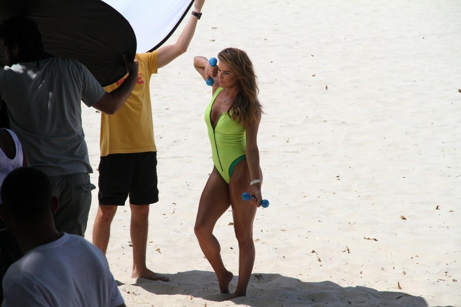 10.out.2014 - Deborah Secco posa de maiô verde em praia da barra da Tijuca, no Rio de Janeiro