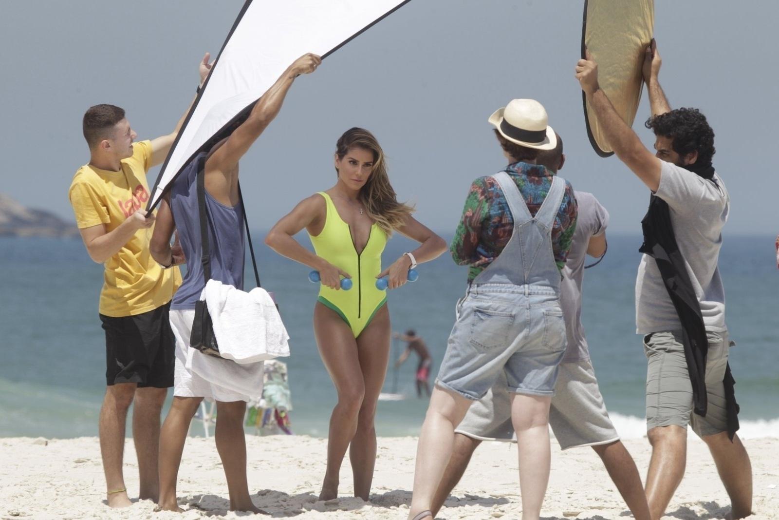 10.out.2014 - Em boa forma, Deborah Secco posa com pesos em praia da Barra da Tijuca, no Rio de Janeiro
