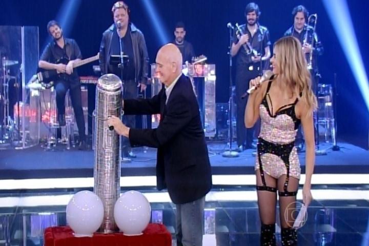 9.out.2014 - Fernanda Lima faz brincadeira com seu pai, Cleomar Lima, e sugere que ele interaja com um pênis gigante na estreia da nova temporada do