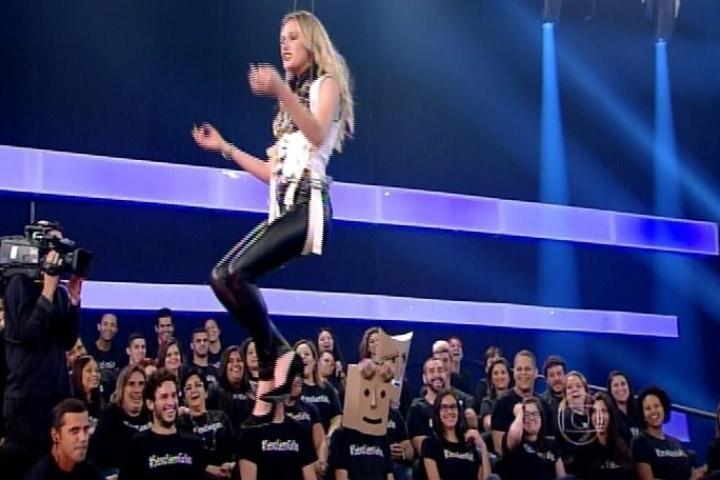 "9.out.2014 - Fiorella Mattheis é arremessada durante brincadeira na estreia da nova temporada do ""Amor & Sexo"", na noite desta quinta-feira"