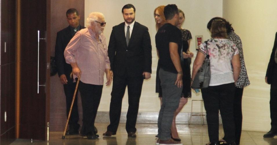 10.out.2014 - Manoel Carlos deixa o Memorial do Carmo, no Rio de Janeiro, após velório e cremação de seu filho caçula, o ator Pedro Almeida