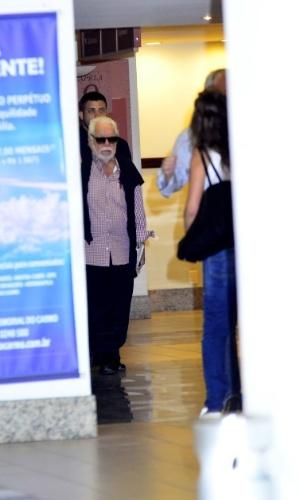 10.out.2014 - O autor de novelas Manoel Carlos chega ao Memorial do Carmo, no Rio de Janeiro, para velar seu filho, o ator Pedro Almeida