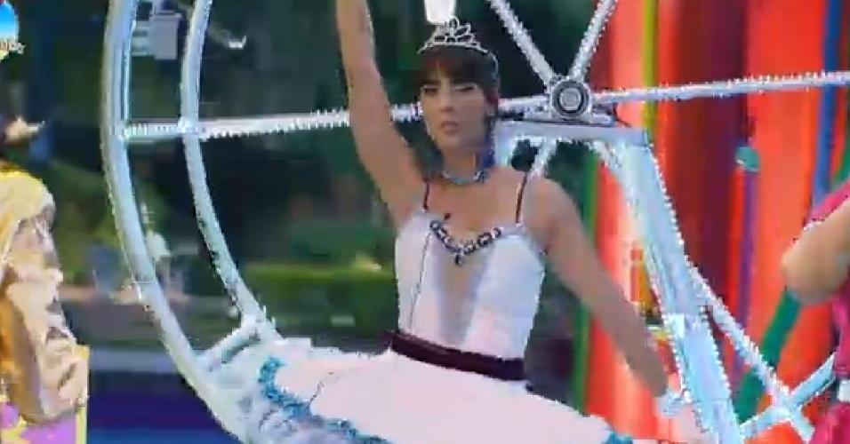10.out.2014 - Vestida de bailarina, Heloísa Faissol dança durante a Festa Fábrica de Brinquedos