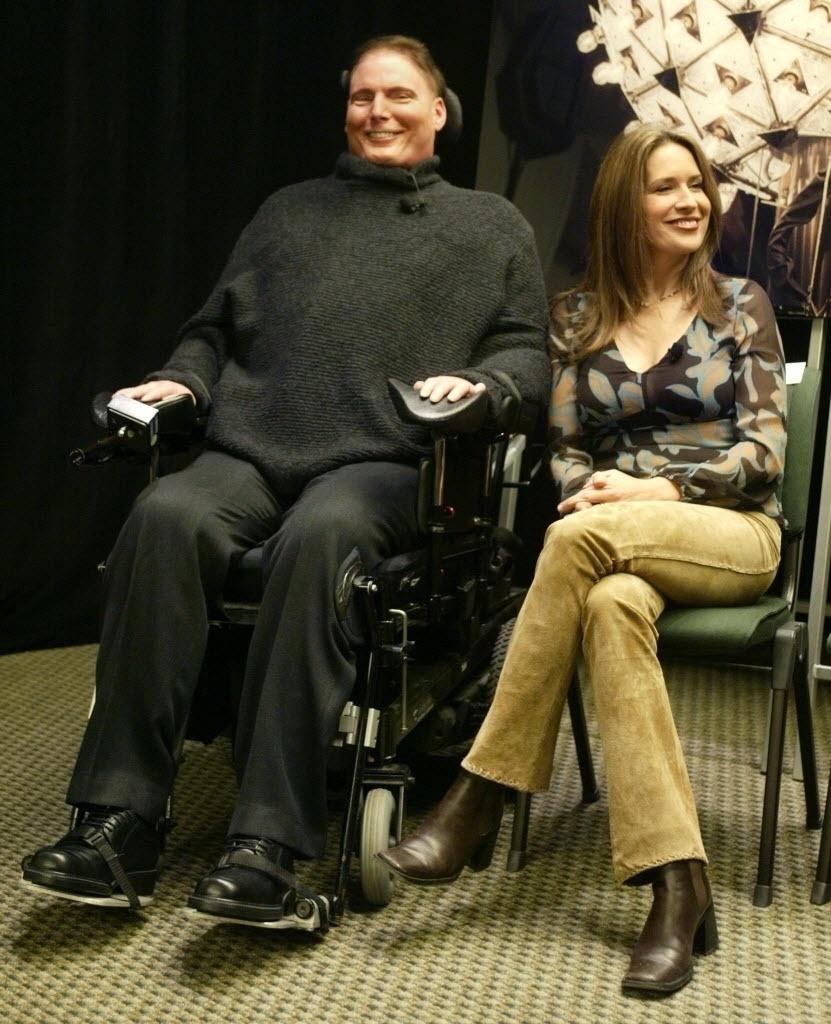 31.dez.2002 - O ator Christopher Reeve e sua mulher, Dana, durante conferência em Nova York