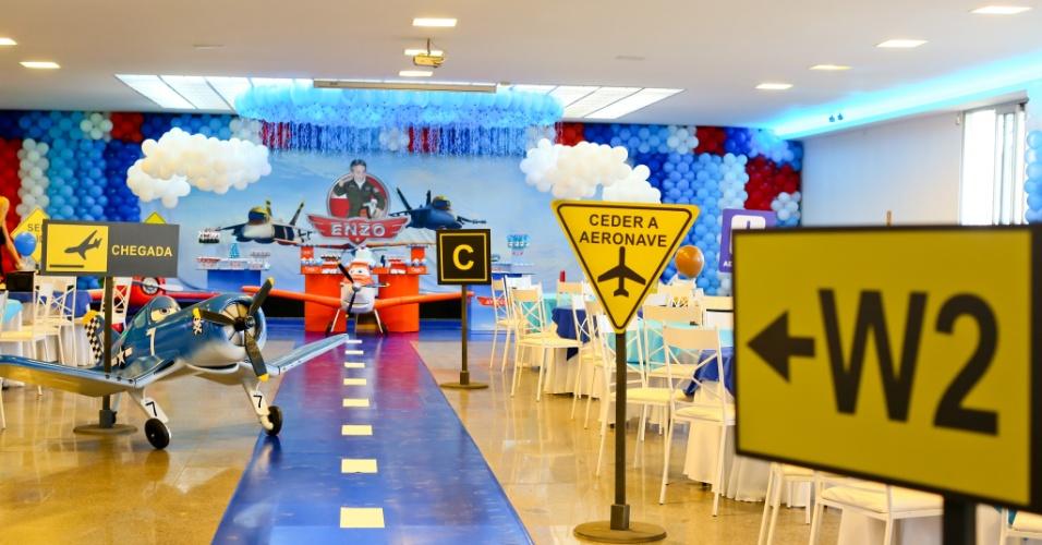 álbum com cenários para festas | No detalhe, uma visão da entrada da festa com o tema Aviões