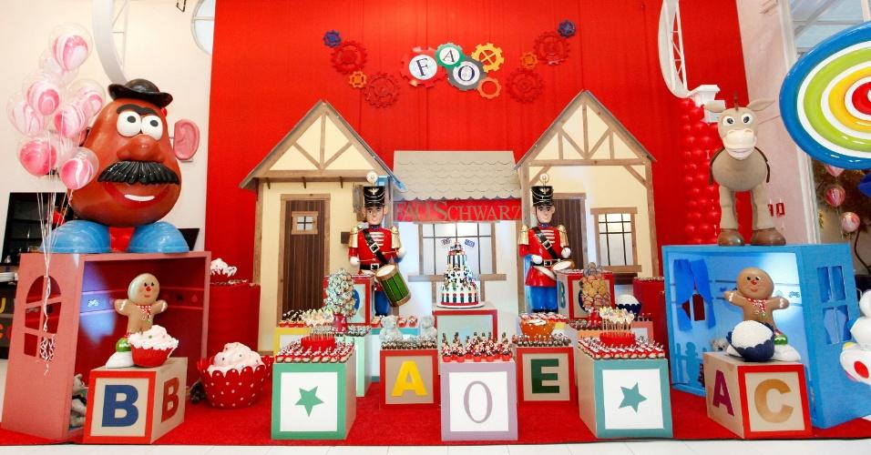 álbum com cenários para festas | Outro ambiente da festa como tema Fábrica de Brinquedos. Destaque para os brinquedos feitos de fibra