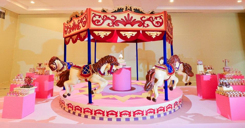 álbum com cenários para festas | Um carrossel em tamanho natural foi montadobem no meio desse cenário. A peça, feita pela empresa Festas Criativas (www.festascriativas.com.br)