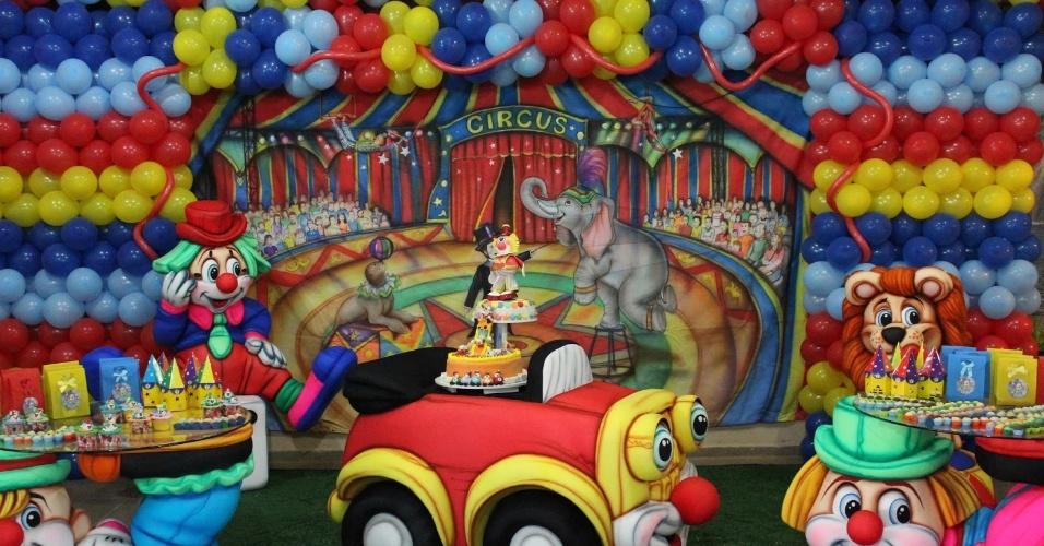 álbum com cenários para festas | Para esta festa como tema Circo, a empresa Cenário Festa (www.cenariofest.blogspot.com.br) montou uma moldura de bexigas ao redor do painel de tecido pintado à mão