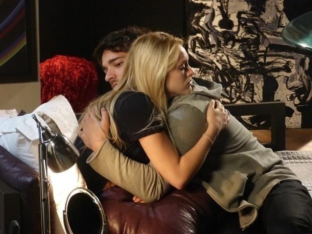 Davi (Humberto Carrão) volta de Curitiba decidido a terminar o namoro com Megan (Isabelle Drumond) e assumir a relação com Manu (Chandelly Braz), mas a cegueira da loira por causa de um acidente de carro, faz o rapaz recuar.