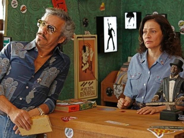 Homero (Osvaldo Mil) e Júlia a (Claudia Assunção) ficam assustados com a visita de Vitória (Bianca Bin) e Fernando (Marco Ricca) na loja da discos. Eles sabem que a jovem vai fazer pressão para a dupla contar o segredo de Carlota (Giulia Gam)