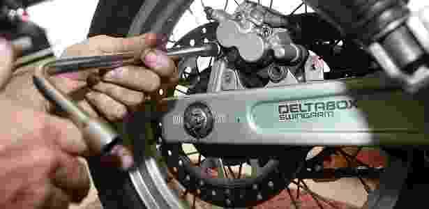 Mecânico trabalha no sistema de freios de uma motocicleta - Folhapress - Folhapress
