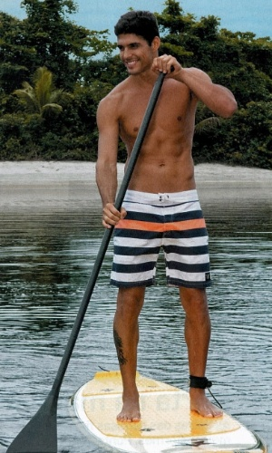O ator e modelo Marlos Cruz pratica stand-up paddle surf