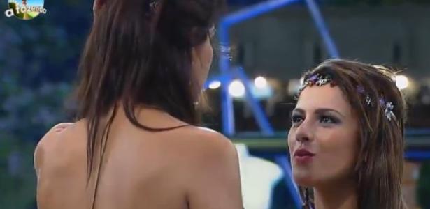 """Débora Lyra e Babi Rossi conversam durante a Festa Fábrica de Brinquedos de """"A Fazenda 7"""""""
