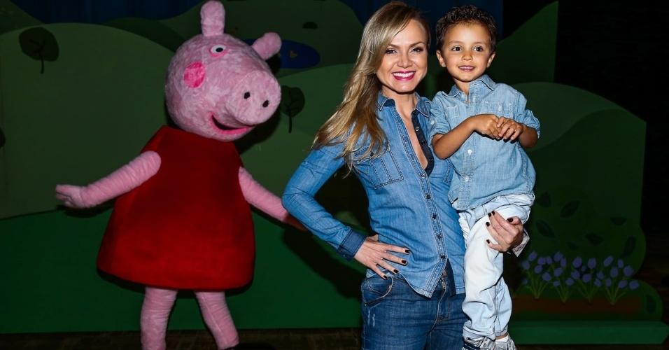 10.out.2014 - Eliana leva seu filho Arthur ao espetáculo infantil oficial