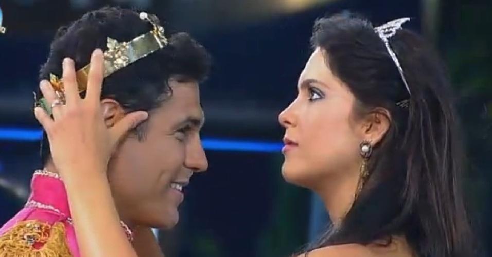 11.out.2014 - A modelo Dèbora Lyra arruma coroa na cabeça de Marlos Cruz