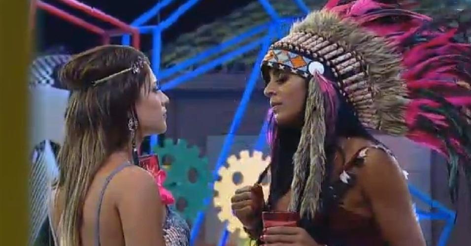 11.out.2014 - Babi Rossi e Lorena Bueri conversam sobre relacionamentos durante festa