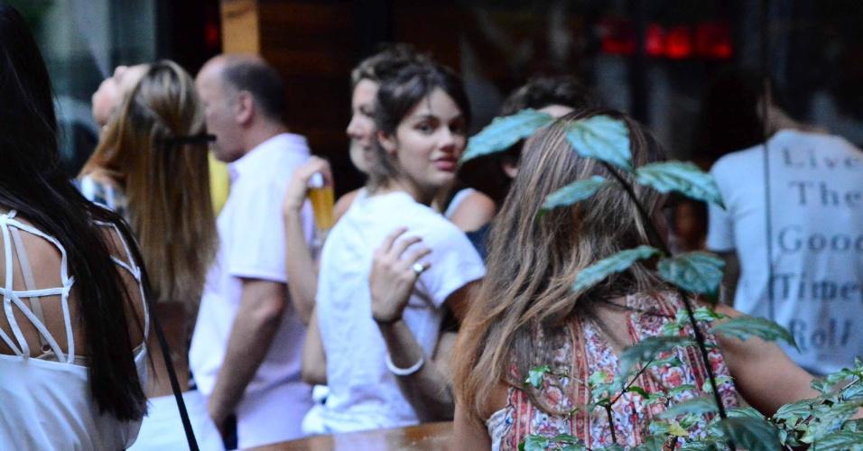 11.out.2014 - Chay Suede e Luara Neiva foram flagrados aos beijos nesta tarde em um bar no bairro do Itaim, em São Paulo