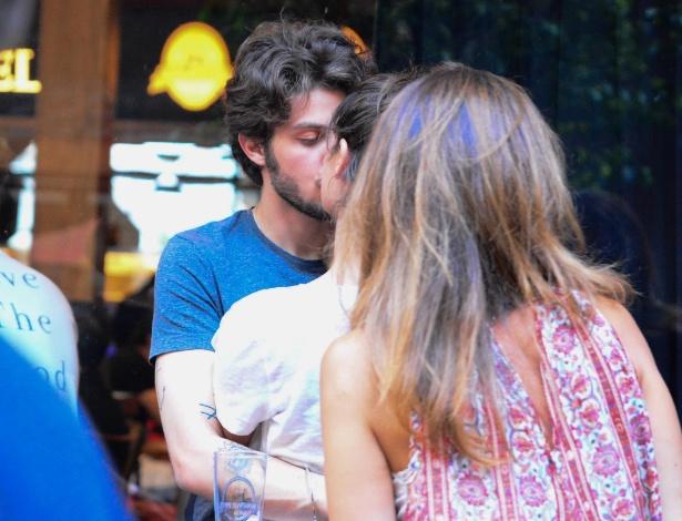 11.out.2014 - Chay Suede e Laura Neiva foram flagrados aos beijos nesta tarde em um bar no bairro do Itaim, em São Paulo