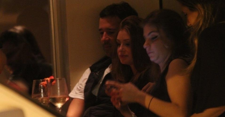 11.out.2014 - Marina Ruy Barbosa foi clicada trocando beijos com o namorado, o empresário Caio Nabuco