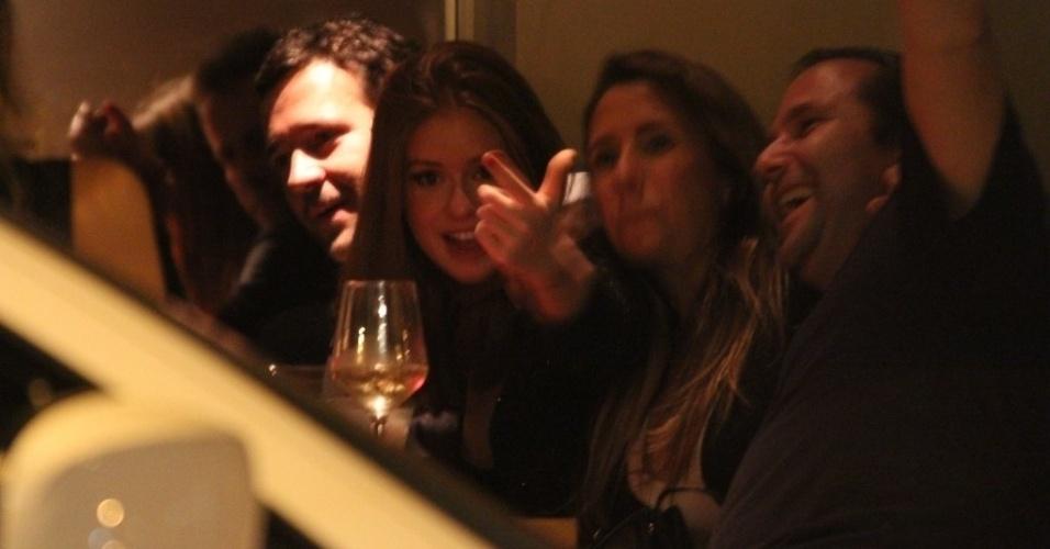 11.out.2014 - Marina Ruy Barbosa percebe a presença do paparazzo enquanto jantava com o namorado, o empresário Caio Nabuco, e amigos, em um restaurante no Leblon, no Rio