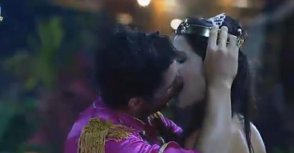 11.out.2014 - Marlos Cruz e Débora Lyra se beijam durante festa