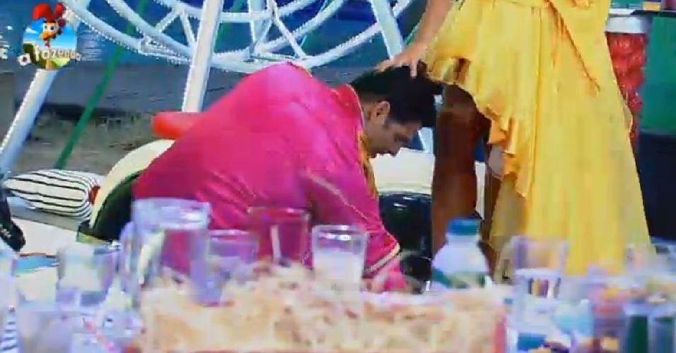 11.out.2014 - O ator Marlos Cruz arruma vestido de Débora Lyra. Os dois se beijaram durante a festa