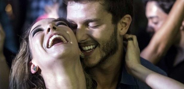 """Amanda e Leonardo se beijam na balada em """"Império"""""""