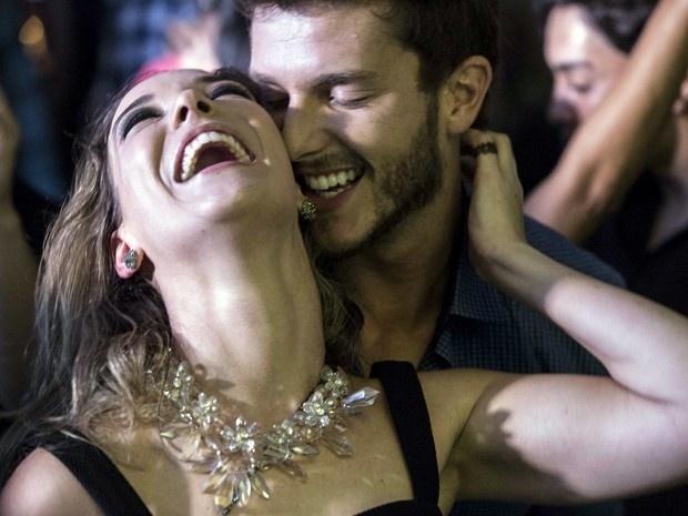 Amanda e Leonardo se beijam na balada em
