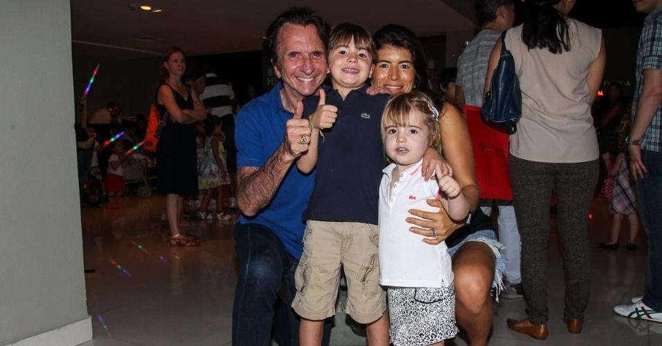 11.out.2014 - Emmerson e Rossana Fittipaldi levaram os filhos Emmo e Victoria ao show do grupo Palavra Cantada, em São Paulo, para comemorar o Dia das Crianças