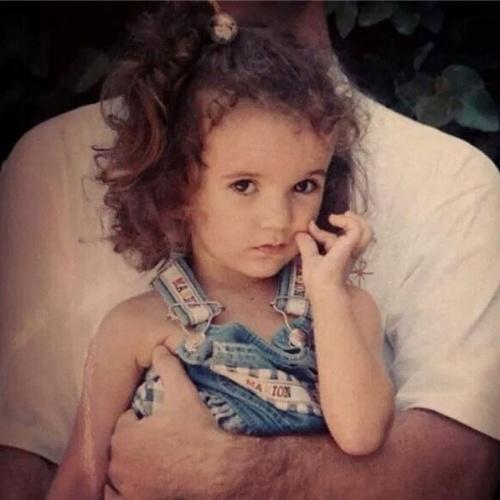 """12.out.2014 - A atriz e cantora Manu Gavassi também escolheu uma imagem da infância para celebrar o dia: """"Feliz dia das crianças da mini Manu que apertava a própria bochecha de tão fofa"""""""