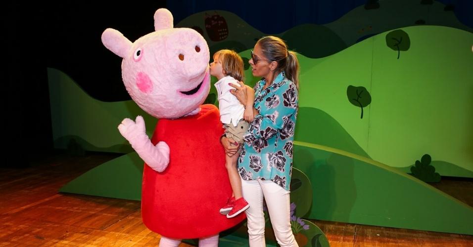 """12.out.2014 - Adriane Galisteu leva seu filho, Vittorio, ao espetáculo infantil oficial  """"Peppa - A Caça ao Tesouro"""", no Citibank Hall, em São Paulo, para comemorar o Dia das Crianças"""