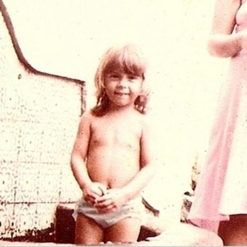 """12.out.2014 - """"Bom dia criançada pequena e grande!!!"""", escreveu Carla Perez ao publicar foto da infância"""