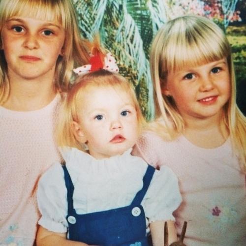 12.out.2014 - Carol Trentini postou uma imagem sua com as duas irmãs