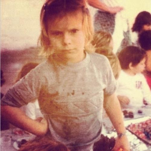 """12.out.2014 - Com foto séria, Carolina Dieckmann brincou com seus seguidores: """"Feliz dia das crianças... É uma ordem!!!"""""""
