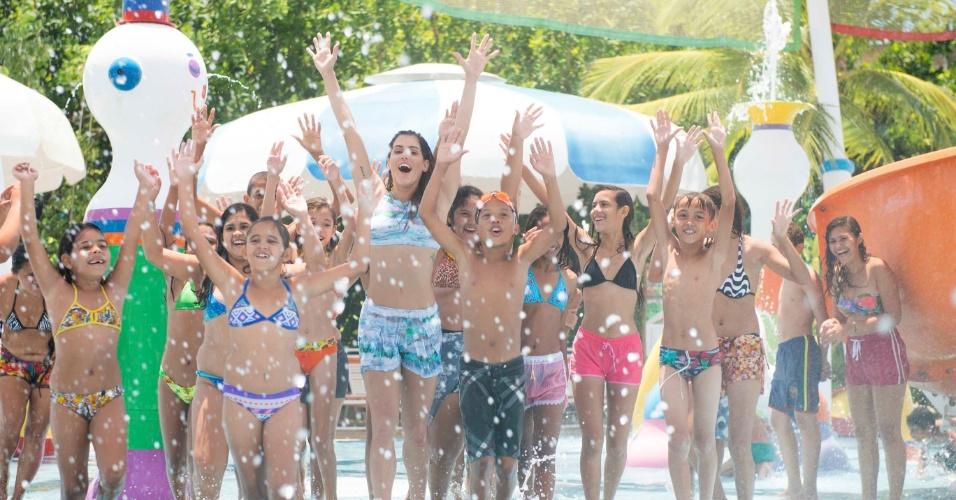 12.out.2014 - Deborah Secco se divertiu com um grupo de crianças carentes do Instituto Povo do Mar no Beach Park, em Fortaleza (CE)