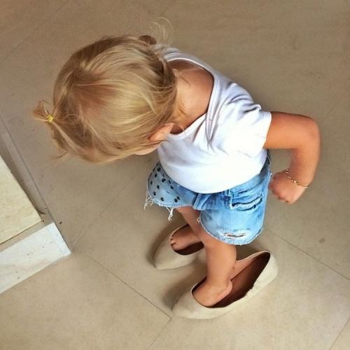 12.out.2014 - No Dia das Crianças, a top Gisele Bündchen postou uma imagem de sua filha, Vivian, usando sapatos de adulto