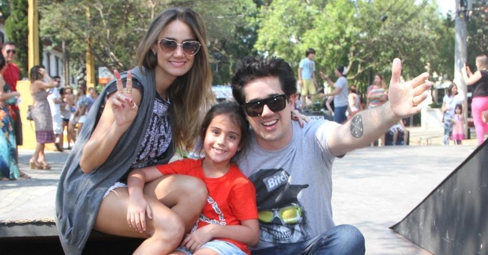 12.out.2014 - O vocalista do Jota Quest, Rogério Flausino, se diverte no Dia das Crianças ao lado de sua filha Nina e sua mulher Ludmilla Alves em pista de skate, em São Paulo