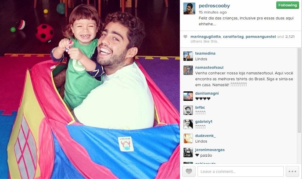 12.out.2014 - Pedro Scooby postou imagem ao lado de Dom, seu filho com Luana Piovani:
