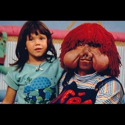 12.out.2014 - Simony escolheu uma imagem ao lado do personagem Fofão, de quando fazia parte do grupo Balão Mágico
