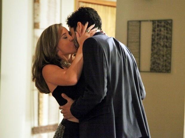 Amanda surpreende José Pedro e beija o primo em