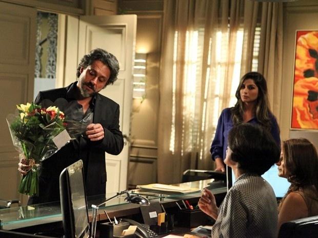 José Alfredo se depara com buquê de flores enviado para Maria Marta na Império