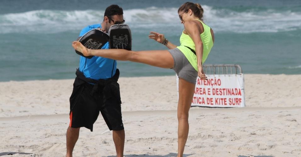 13.out.2014- Grazi Massafera exibe um corpo enxuto na praia da Barra da Tijuca. A atriz tem levado á sério o treino funcional do personal trainer Chico Salgado