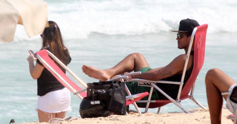 """13.out.2014- Marcello Melo Jr aproveitou a segunda-feira de folga da """"Dança dos Famosos"""" e curtiu uma praia com a namorada  Carolina Alves"""